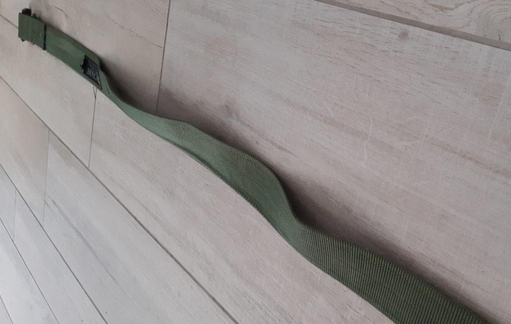Test de la ceinture Blackhawk verte. elle est distendue posée sur du carrelage